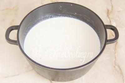 В подходящую по объему (у меня четырехлитровая кастрюля) посуду наливаем молоко