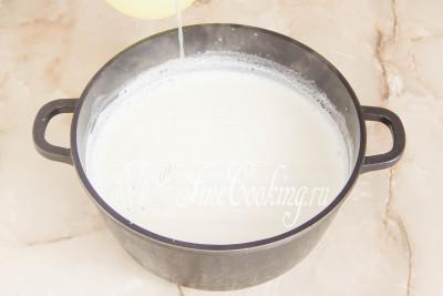 В идеале температура молока должна стать 95 градусов, но за неимением кулинарного термометра ориентируйтесь визуально (над поверхностью появится густой пар)