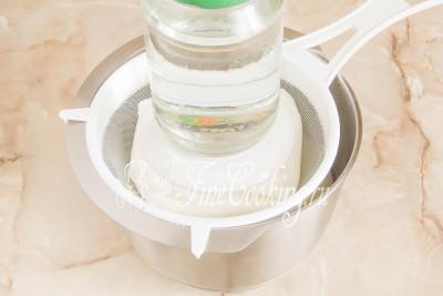 Поверх кладем что-нибудь плоское и ставим груз (к примеру, банку с водой)