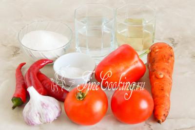 Для приготовления самой вкусной домашней аджики на зиму нам понадобятся следующие продукты: помидоры, морковь, сладкий и горький перец, чеснок, сахар, рафинированное растительное (я использую подсолнечное) масло, соль и столовый 9% уксус