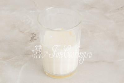 С молоко разбиваем куриное яйцо и все тщательно разбалтываем, чтобы получилась молочно-яичная смесь