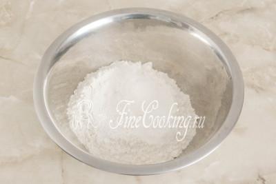 В миску просеиваем пшеничную муку, добавляем разрыхлитель теста (как его сделать в домашних условиях, [читайте в этом рецепте](/recipe/razryhlitel-v-domashnih-usloviyah)), сахарный песок и немного соли для баланса вкуса