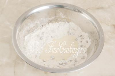 Наливаем в сухую смесь молочно-яичную болтушку из шага 3