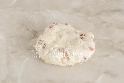 Выкладываем на стол и недолго домешиваем тесто руками, чтобы не осталось островком муки
