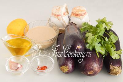 Для приготовления этой простой и вкусной закуски нам понадобятся следующие ингредиенты: баклажаны, кунжутная паста, оливковое масло, лимонный сок, кинза, чеснок, соль, молотый черный и красный острый перец