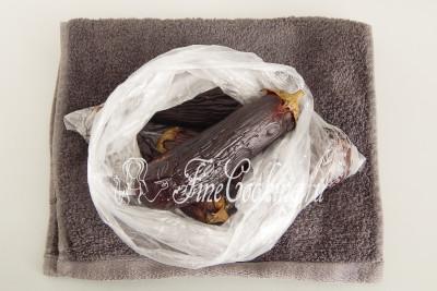 После бани-сауны развяжите пакет и дайте баклажанам остыть, чтобы не обжечь руки