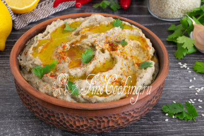При подаче перекладываем пасту в красивую миску, ложкой делаем небольшие углубления, поливаем ложкой оливкового масло, посыпаем щепоткой красного перца и украшаем листиками свежей кинзы