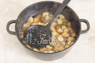 Ждем, пока содержимое посуды снова закипит и варим баклажаны на среднем огне без крышки около 3-5 минут