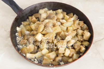 Сразу же перекладываем в чесночное масло баклажанные ломтики, с которых уже хорошо стек маринад