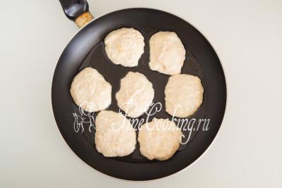 Берем широкую сковороду (у меня диаметром 28 см), наливаем в нее часть масла, прогреваем его и с помощью столовой ложки выкладываем тесто