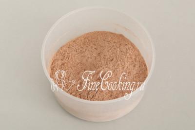 Тщательно перемешиваем сухую заготовку, после чего просеиваем муку с какао через мелкое сито (желательно дважды)