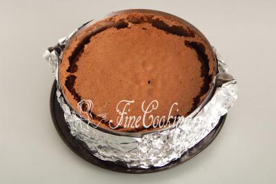 Ставим форму с шоколадным тестом в заранее прогретую духовку на средний уровень и готовим при 180 градусах около 30-35 минут до сухой лучины