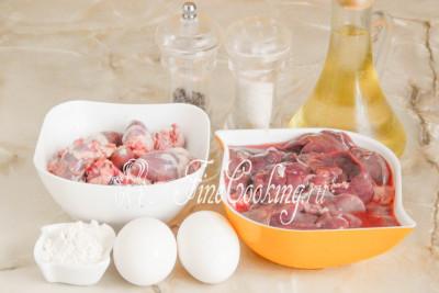 Для приготовления нежных, сочных и вкусных печеночных блинчиков возьмем куриную печень с сердечками, куриные яйца, пшеничную муку (у меня высшего, но подойдет и первого сорта), рафинированное растительное (я использую подсолнечное) масло для жарки, соль и молотый черный перец по вкусу
