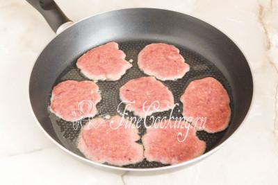 Для этого берем сковороду пошире, разогреваем в ней немного растительного масла (потом добавляем по необходимости), столовой ложкой накладываем тесто (или фарш - кому как больше нравится называть эту массу)