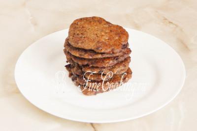 Готовые печеночные блинчики с сердечками перекладываем на тарелку и жарим следующую порцию, пока не закончится тесто