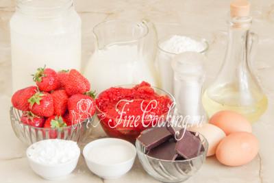 Для приготовления блинного торта Крепвиль нам понадобятся следующие продукты: молоко любой жирности (я использовала 3,5%), пшеничная мука высшего сорта, жирные сливки (жирностью не менее 30-33%), клубничный джем и свежая отборная клубника, куриные яйца среднего размера (45-50 граммов каждое), рафинированное растительное (у меня подсолнечное) масло, сахар и сахарная пудра, горький шоколад (можно заменить молочным, если любите) и немного соли для вкуса