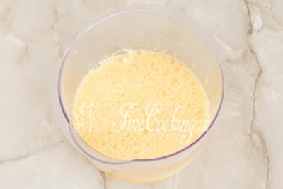 Взбиваем яйца с сахаром с помощью миксера или ручным венчиком около минуты, чтобы получилась однородная воздушная масса, а кристаллики сахара полностью растворились