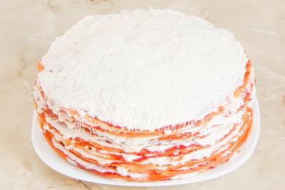 Аналогично складывая блинчики друг на друга и промазывая их джемом и сливками, собираем весь торт