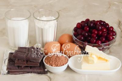 Для приготовления этой простой и очень вкусной домашней выпечки возьмем качественный темный шоколад, свежую или замороженную вишню, сливочное масло, пшеничную муку, сахарный песок, куриные яйца среднего размера и несладкий какао-порошок