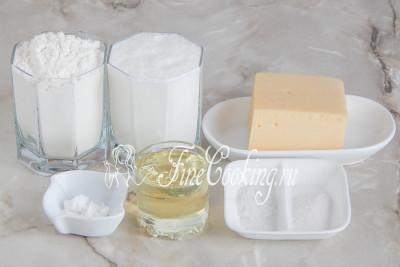 Чтобы приготовить сырные лепешки на сковороде, возьмем кефир, пшеничную муку, твердый или полутвердый сыр, соль, сахар, пищевую соду и рафинированное растительное масло для жарки