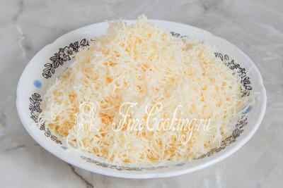 Сыр измельчаем на самой мелкой терке