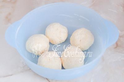 Делим тесто на шарики одинакового размера