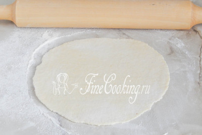 Присыпаем стол мукой и раскатываем каждый кусочек скалкой в тонкую лепешку, толщиной около 4-5 миллиметров