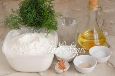 Для приготовления теста для чесночных пампушек возьмем пшеничную муку (у меня высшего сорта), воду, рафинированное растительное (в моем случае подсолнечное) масло, соль, сахарный песок и быстродействующие дрожжи
