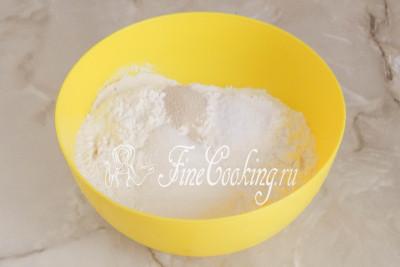В миску просеиваем пшеничную муку (пару столовых ложек пока можно отложить и добавить по мере необходимости), добавляем соль, сахар и быстродействующие дрожжи