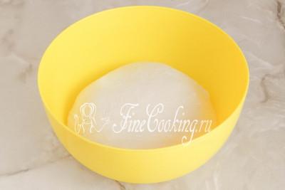 Вымешиваем тесто для пампушек руками (не менее 15 минут) или с помощью тестомеса (хлебопечки) до абсолютной гладкости и однородности