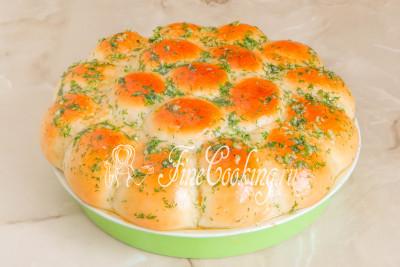 Прямо горячими щедро смазываем булочки подготовленной чесночно-укропной смесью