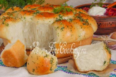 Свежеиспеченные чесночные пампушки + тарелка [горячего борща](/recipe/dieticheskij-detskij-borshch-s-kuricej) со сметаной - обед для всей семьи удался на славу