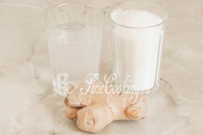 Шаг 1. Для приготовления домашних имбирных цукатов нам понадобится всего три ингредиенты: корень имбиря, вода и сахарный песок