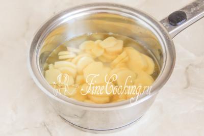 Шаг 4. В подходящую по размеру кастрюлю кладем имбирные ломтики, заливаем водой так, чтобы она полностью покрывала содержимое посуды