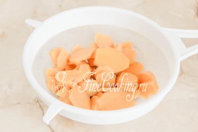 Шаг 6. Спустя минут 10-15 варки откидываем шайбочки имбиря в сито или дуршлаг и промываем его под холодной проточной водой