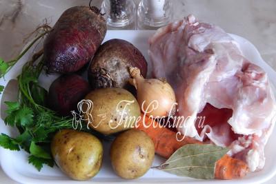 Для приготовления диетического борща с курицей нам понадобятся такие продукты: курица (я использую остов без шкуры, то есть ту часть, которая остается после разделки целой тушки), вода, свекла, картофель, лук репчатый, морковь, лист лавровый, соль, перец черный горошек, зелень по вкусу