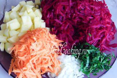 Картофель нарезаем средним кубиком, лук режем мелко (можно и вовсе его отварить целиком, а затем выбросить)