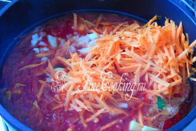 Затем кладем морковь, лук и картофель, которые варим 20 минут