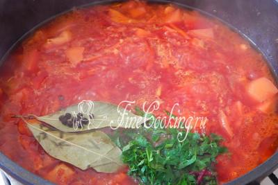 Под конец приготовления кладем в борщ лавровый лист, перец, зелень и солим блюдо по вкусу