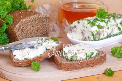 Необыкновенно вкусна такая закуска на ломтике [бородинского хлеба](/recipe/domashnij-borodinskij-hleb)