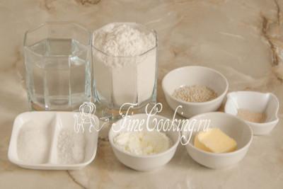 В рецепт булочек для гамбургеров входят следующие ингредиенты: пшеничная мука высшего сорта, вода, быстродействующие дрожжи, сахарный песок, соль, сухое молоко, белый кунжут и сливочное масло