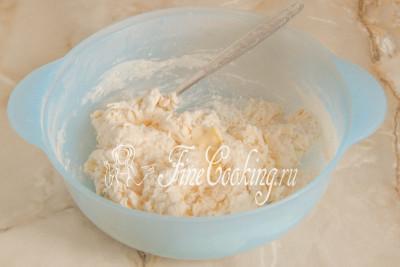 Теперь можно перемешать тесто вилкой или ложкой, чтобы мука впитала в себя жидкость