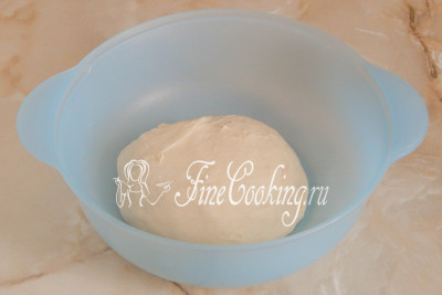 Вымешивать тесто для булочек нужно достаточно долго и интенсивно - минут 10 точно