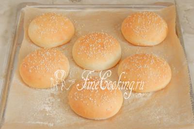 Печем наши домашние булочки для гамбургеров 20-25 минут при 200 градусах до приятной золотистой корочки