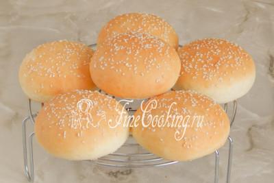 Снимаем готовые булочки и даем им полностью остыть на решетке, чтобы от конденсата не отмокла нижняя часть