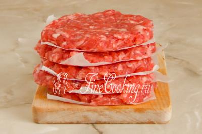 Кстати, тут я хочу показать, как удобнее всего хранить заготовки для котлет, которые потом в любой момент можно поджарить и сделать гамбургер