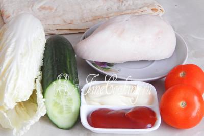 Чтобы приготовить домашнюю шаурму с курицей, нам будут нужны такие продукты: куриная грудка (у меня уже заранее отваренная), лаваш тонкий, свежий огурец и помидоры, пекинская капуста (можно заменить белокочанной), кетчуп и майонез