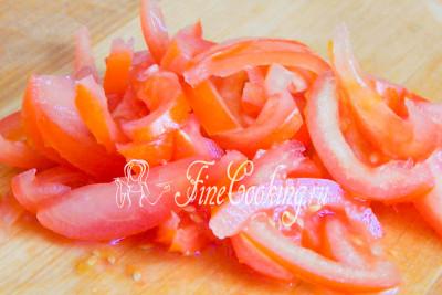 Если у вас очень сочные водянистые томаты, внутреннюю часть с семенами рекомендую удалить