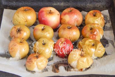 Печь яблоки нужно примерно минут 30 (в зависимости от величины плодов) при 180 градусах