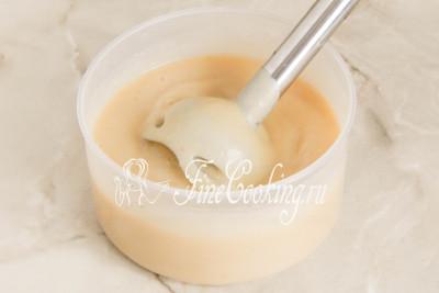 Пробиваем ее погружным блендером или протираем через сито, чтобы получить однородное, гладкое пюре